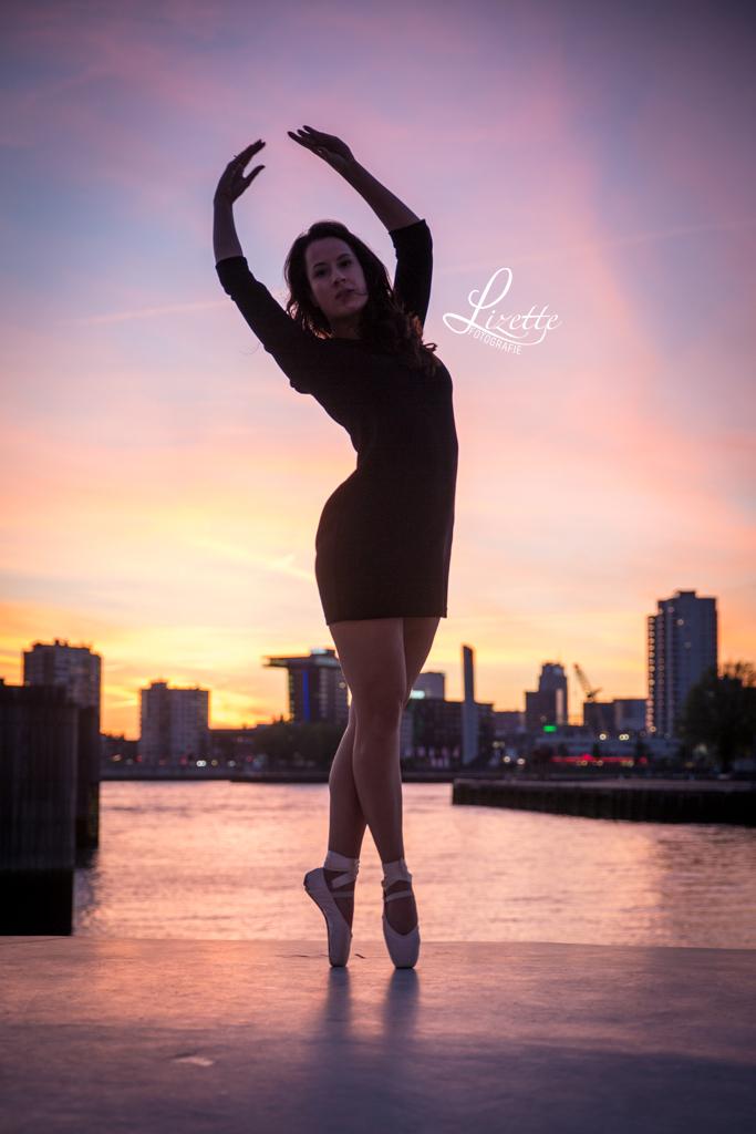 ballet - - - foto door LizetteFotografie op 08-06-2017 - deze foto bevat: vrouw, lucht, wolken, sunset, licht, zonsondergang, portret, schaduw, model, tegenlicht, daglicht, fashion, meisje, beauty, bruid, glamour, straatfotografie, mode, fotoshoot, pastel, 50mm