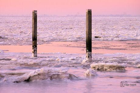 Dageraad over bevroren Waddenzee