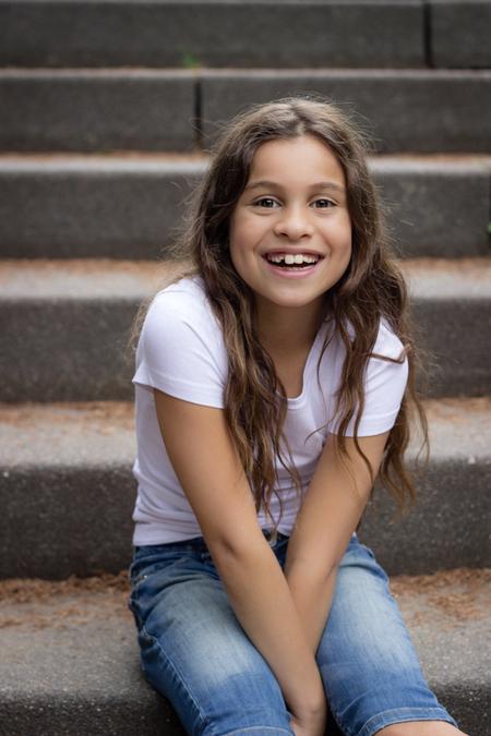 Sprekende lach - ''Youth smiles without any reason. It is one of its chiefest charms. ''  Één van mijn favorieten uit een serie die ik maakte van dit meisje en haar - foto door VeraVeer op 24-08-2015 - deze foto bevat: mensen, portret, model, daglicht, kind, kinderen, canon, lachen, meisje, lief, lach, beauty, emotie, gelukkig, fotoshoot, geluk, 50mm