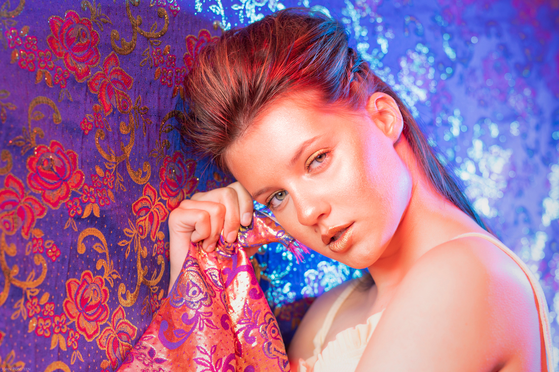 Gold - Model: Leona Mulder Visagie: Mirjam Meijer - foto door Etsie op 16-05-2020 - deze foto bevat: kleuren, licht, hand, portret, model, flits, ogen, haar, fashion, beauty, blik, glamour, studio, closeup, fotoshoot, visagie, flitser, highlights, strobist, make up