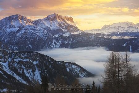 Zonsondergang in de Dolomieten - Kleine selectie van onze vakantie naar de Dolomieten in 2016    https://dvdwphotography.com/2019/01/31/skiing-in-the-dolomites/  https://www.ins - foto door dennisvdwater op 31-01-2019 - deze foto bevat: lucht, wolken, natuur, sneeuw, winter, avond, zonsondergang, vakantie, landschap, mist, bergen, italie, dolomieten
