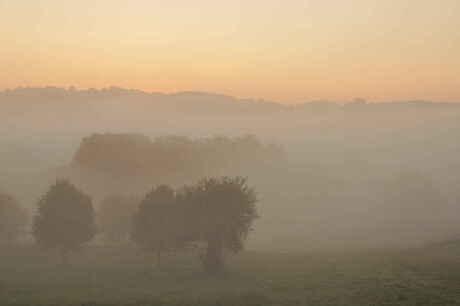 Limousin, Frankrijk: wegtrekkende nevel bij opkomende zon