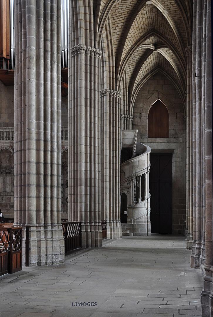 in de zijbeuk - zuilen met veel schalken Kathedraal Limoges 1106222850rmw.jpg - foto door boddeus E-L op 04-01-2013 - deze foto bevat: kerk, gotiek