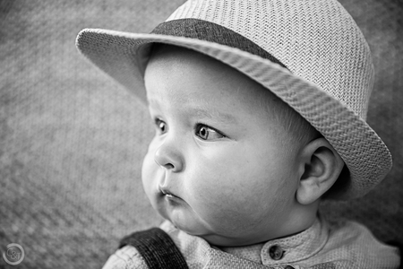 Baby portret - Baby portret zwart/wit - foto door CreateTrends op 01-03-2021 - deze foto bevat: mensen, portret, daglicht, kind, baby, ogen, jongen, zwartwit, closeup
