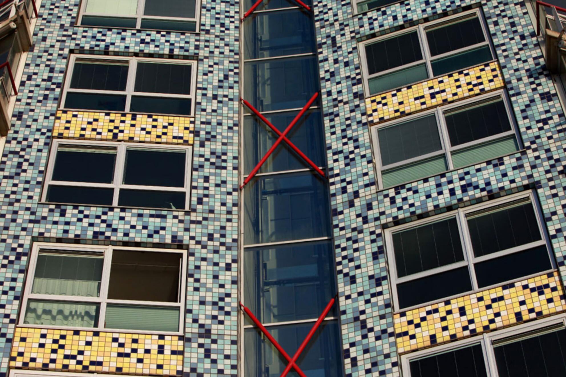 Vlissingen - De voorgevel van deze flat is niet recht beide kanten lopen schuin naar binnen, best moeilijk voor een goede foto maar toch leuk om te laten zien.  - foto door cibjen op 11-02-2014