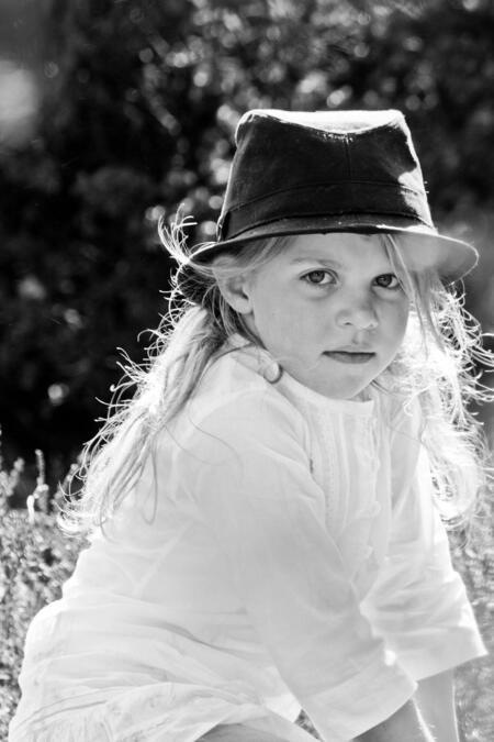 tegenlicht - ik was bezig haar broer op de foto te zetten...keek even om me heen waar ze was en daar zat ze...in dit prachtig zonlicht, een snapshot, maar volgens - foto door zzzap op 23-07-2011 - deze foto bevat: portret, zwart wit, kindermodel