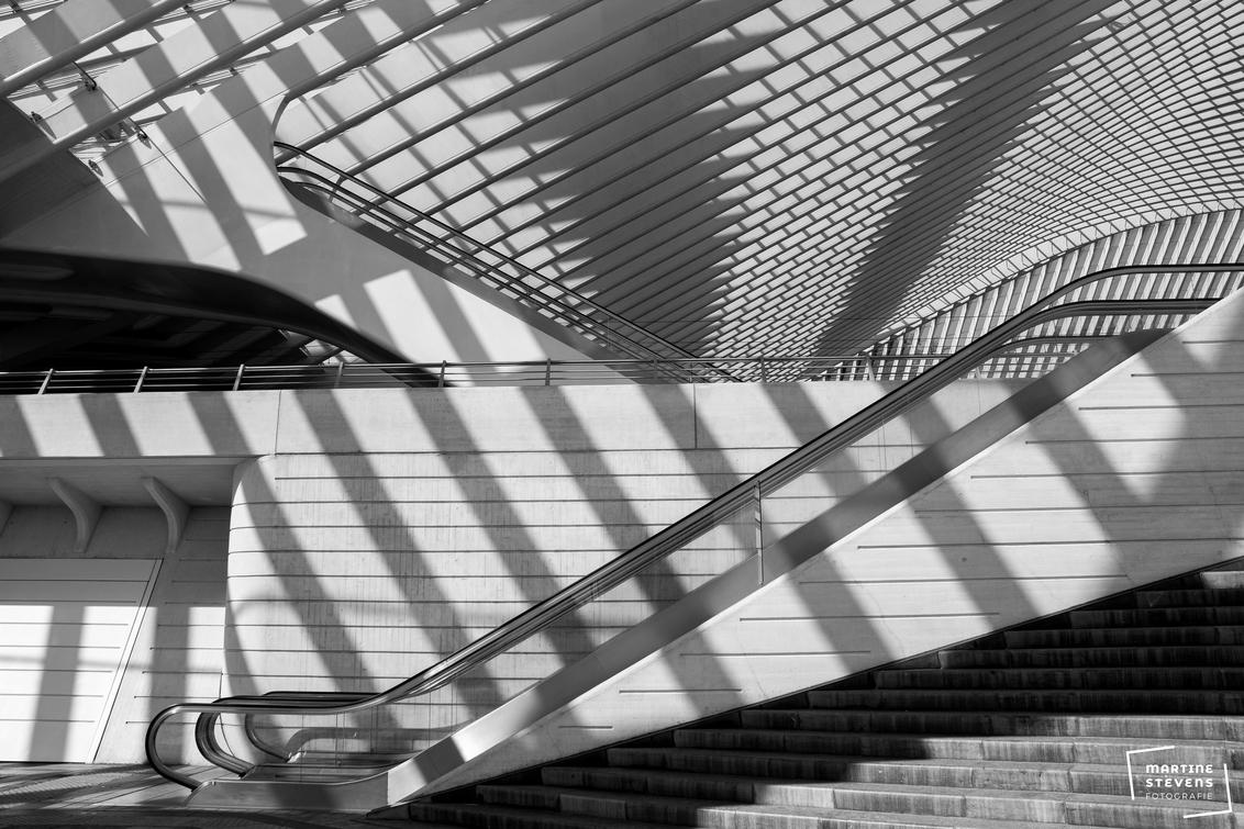 Mooie schaduwen - Mooi lijnenspel door zon en schaduw - foto door MartineStevens op 12-01-2021 - deze foto bevat: station, abstract, licht, lijnen, architectuur, zwartwit, belgie