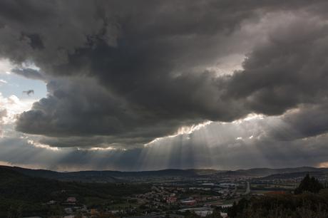 Zonnestralen na onweer