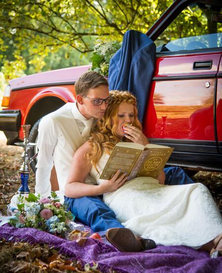 Lord of the Rings - Dit stel houdt erg van lezen en de titel van het boek past natuurlijk erg bij trouwen/ringen - foto door miepmuis op 02-09-2020 - deze foto bevat: mensen, volvo, trouwen, liefde, boek, huwelijk, bruid, bruiloft, bruidegom, wedding, bruidsfotografie