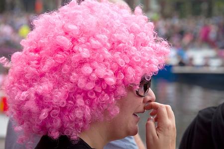 PINK - Tja wat moet ik hier nou van denken ? Een toeschouwster aan de kant bij de gay parade in Amsterdam - foto door dirka op 24-08-2011 - deze foto bevat: roze, amsterdam, nederland, pruik, Gay Parade, Toeschouwster