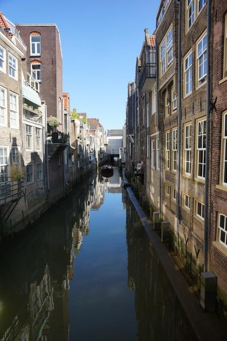 oude huizen langs het water met reflectie