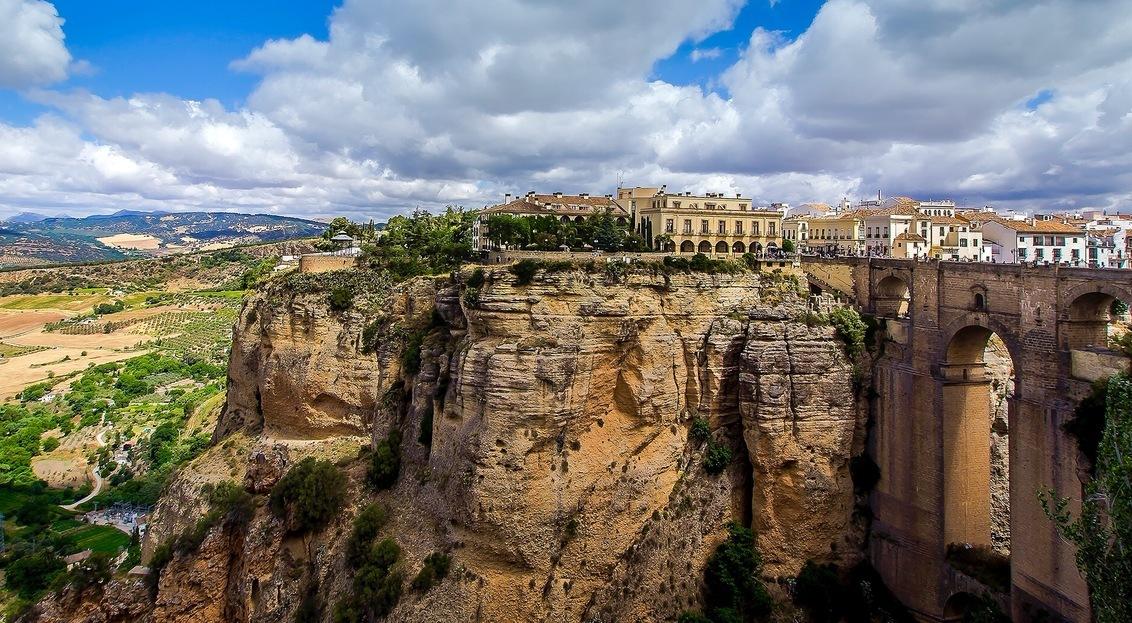 Ronda Andalusië - Voor de tweede maal Ronda bezocht. Deze maal met een andere kijk op deze mooie stad. - foto door HenkPijnappels op 27-06-2016 - deze foto bevat: lucht, wolken, uitzicht, natuur, licht, vakantie, landschap, brug, oudheid, hoogte, romeinsetijd