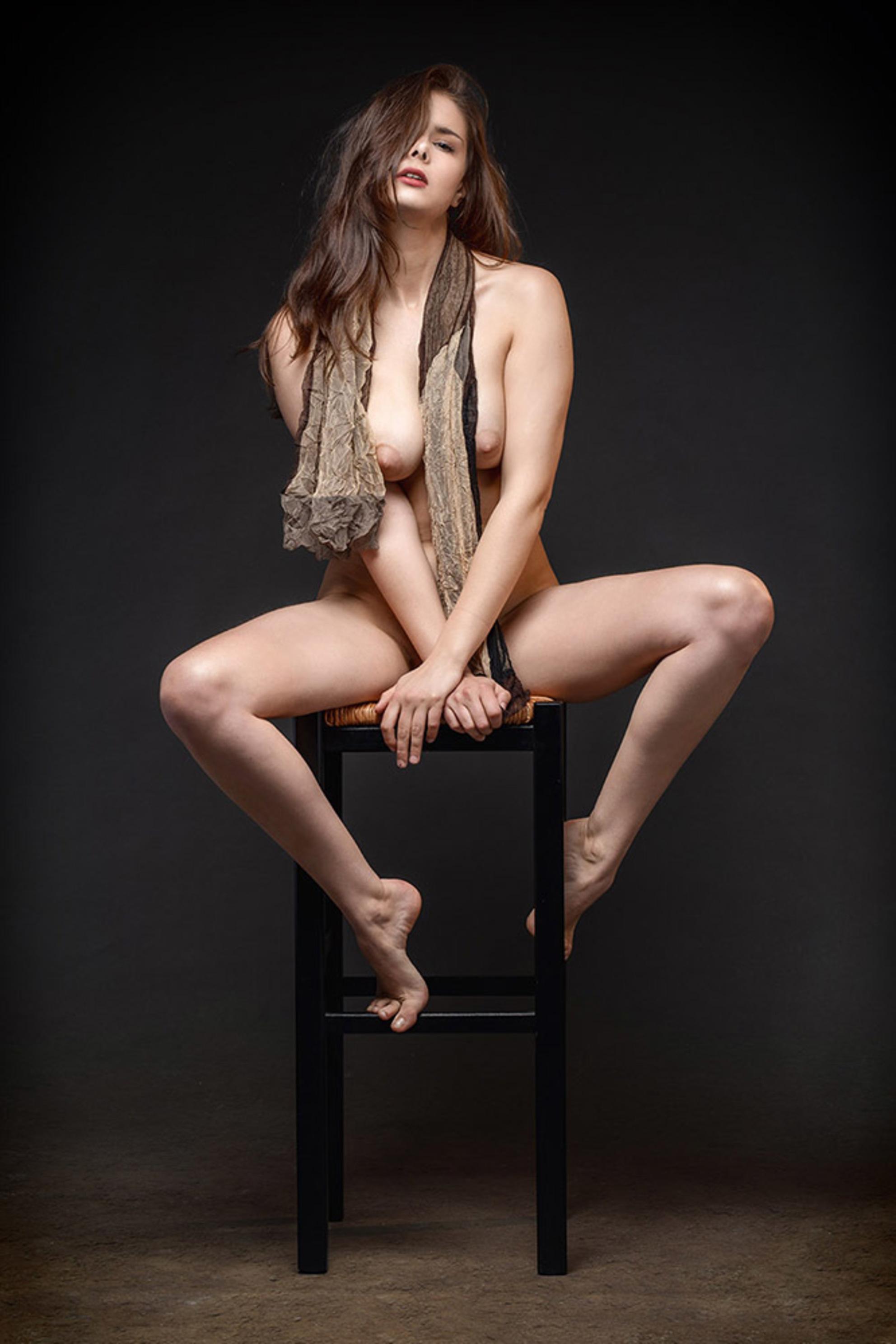 Lois - - - foto door jhslotboom op 01-07-2019 - deze foto bevat: vrouw, portret, model, erotiek, beauty, naakt, pose, studio, schoonheid, lois, klassiek, doek, artistiek, kruk, sjaal