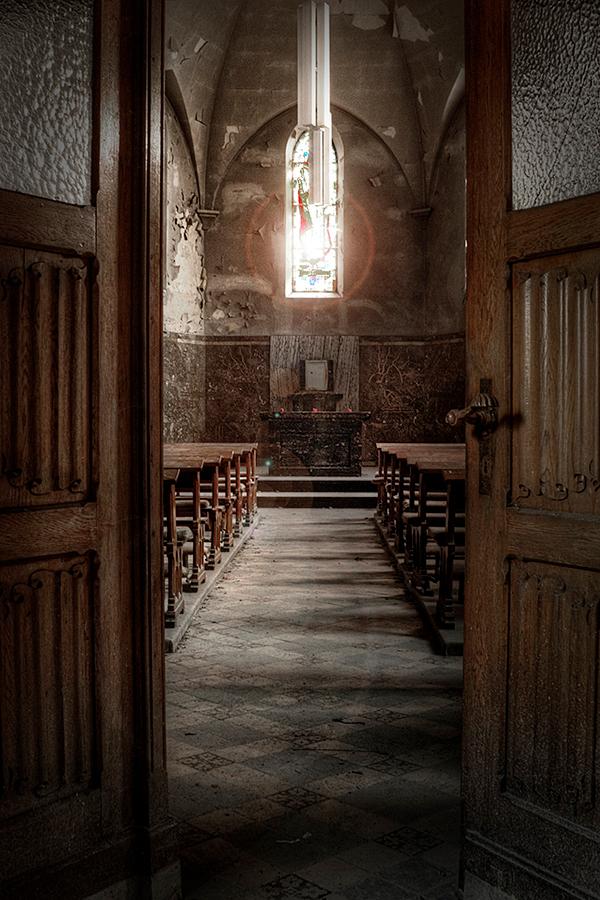 Welcome to Agnus Dei - Klein verlaten kapelletje in België - foto door devira op 16-05-2013 - deze foto bevat: iris, kerk, kerkje, vergeten, urban, kapel, verlaten, church, forgotten, urbex, kapelletje, exploration, abandoned, dei, exploring, ue, agnus, Devira
