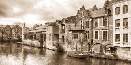 Gent - - - foto door frenchfries op 01-01-2018 - deze foto bevat: oud, water, licht, lijnen, reflectie, zwartwit, belgie, gent, oude stad