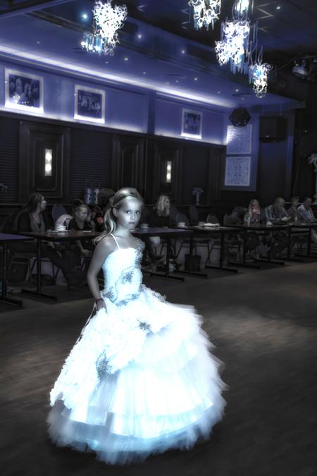 het meisje in de modeshow - Dag allemaal  Ik mag vandaag weer online Jippie !! alles is weer gemaakt . Ik heb (nog) niet alle foto,s bekeken . excuses daarvoor , dat gaat ze - foto door bloemke op 24-11-2015 - deze foto bevat: licht, meisje, beauty, glamour, kapsel, belichting, expressie, jurk, modeshow, mode, kleding, romantisch, bokeh, commercial, fashionfotografie