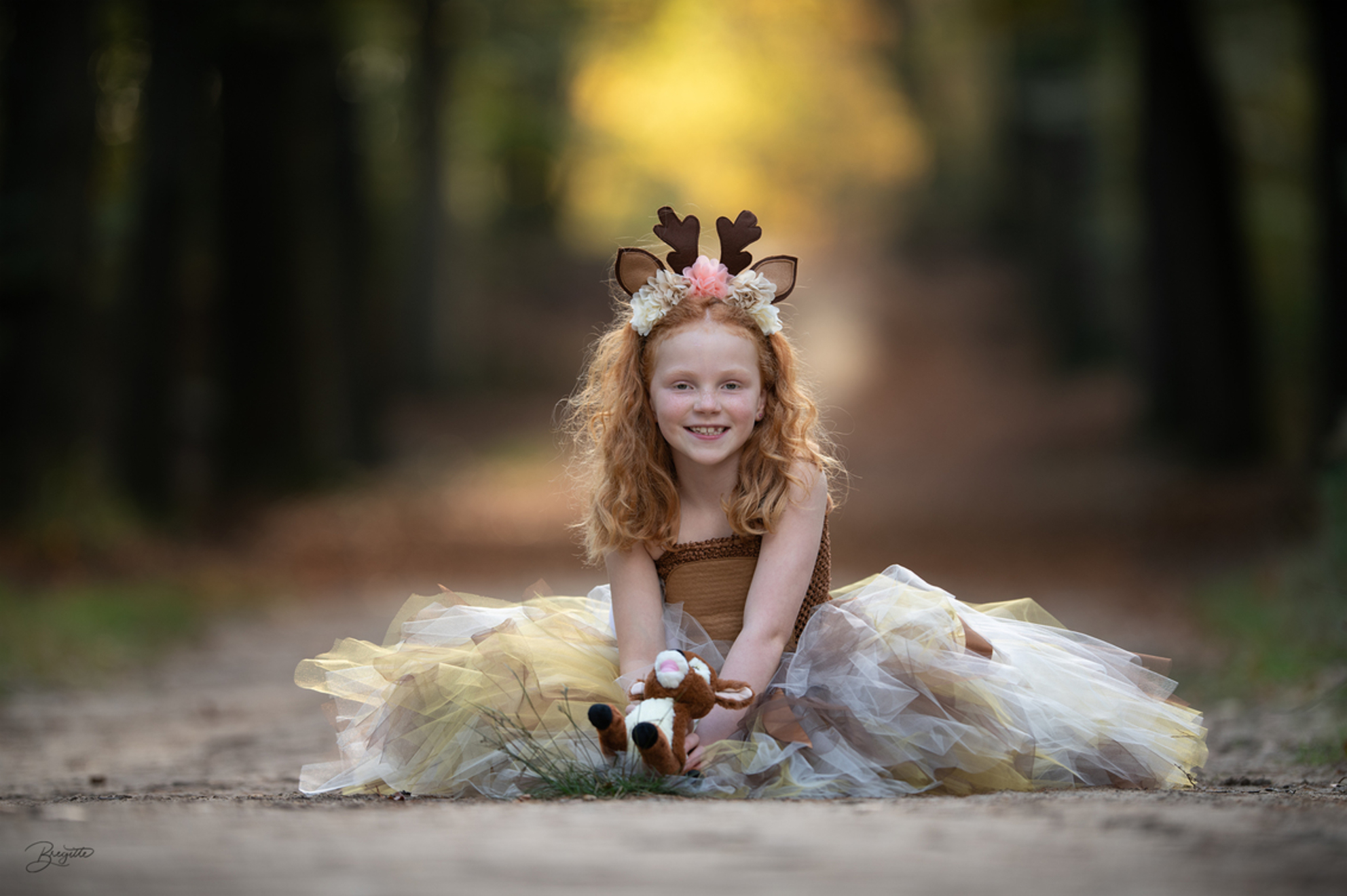 Fairy tales in the autumn forest - Fairy tales in the autumn forest - foto door Bregitte op 30-10-2019 - deze foto bevat: meisje, herfstbos, hertje