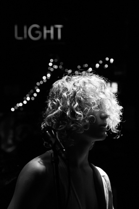 Geen titel - Tijdens een concert van een band waar vrienden in spelen heb ik deze foto van Thijs gemaakt. - foto door lk123456789 op 10-09-2017 - deze foto bevat: portret, concert, zwartwit, 50mm