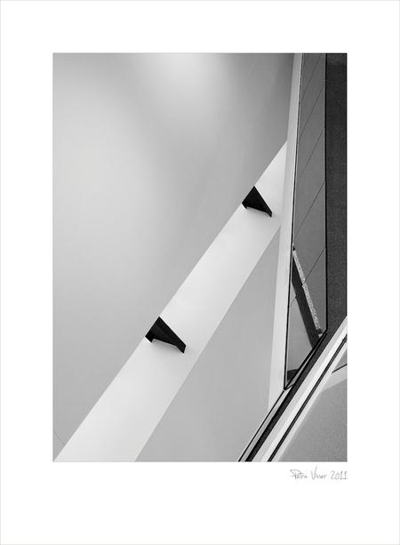 Decos 4 - Lijnen, lijnen en nog eens lijnen. deze foto heb ik geschoten vanaf de 2e etage. Uiterst rechts zie je de glazen reling van de 1e etage. Er komt tzt - foto door PeetjeVis op 20-07-2011 - deze foto bevat: lijnen, architectuur, noordwijk, vormen, peetjevis, zwart wit, b&w, zw/w, decos