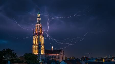 Bliksem bij de Grote Kerk in Breda - Ik zag de weersvoorspellingen gister en ik dacht wat er ook gebeurt ik ga eindelijk (voor het eerst) eens een bliksem op de foto krijgen. En als het  - foto door esmeralda160867 op 07-07-2017 - deze foto bevat: zomer, kerk, stad, nacht, nederland, onweer, bliksem