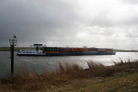 IMG_7834 Tholen. Schelde-rijnkanaal. Het klaart wat op, maar er staat een storm.