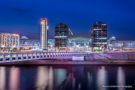 Hauptbahnhof Berlijn - Een HDR foto van de Hauptbahnhof in Berlijn - foto door mauricesundermann op 26-08-2014 - deze foto bevat: lucht, licht, avond, lijnen, reflectie, gebouw, brug, nacht, berlijn, hdr, duitsland, lange sluitertijd