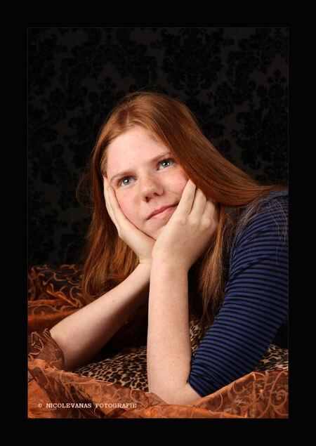Model Melissa - Het weer wordt er niet beter op.  Tijd om binnen aan de gang te gaan.  Voor mijn verjaardag krijg ik een studiolampenset met softbox. (mocht er alv - foto door nicole-8 op 08-12-2010 - deze foto bevat: kleuren, mensen, portret, model, kinderen, modellen, studio