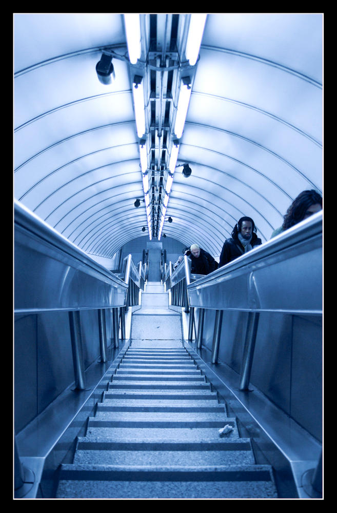 All the way down - - - foto door IdeB op 12-02-2010 - deze foto bevat: london, trappen, metro, stairs, roltrap, escelator