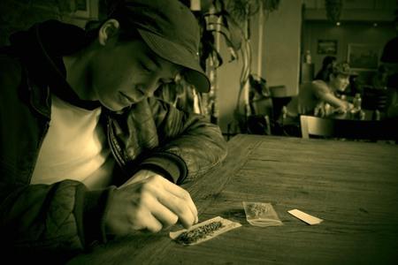 Blowen in de Coffeeshop - Voor de veel mensen is dit een onbekend gebied. Daar wilde ik graag gebruik van maken. Ik heb de groene tinten aangepast om de sfeer beter in beeld t - foto door serrotone op 07-04-2009 - deze foto bevat: blow, joint, wiet, weed, drugs, coffeeshop, blowen, cannabis