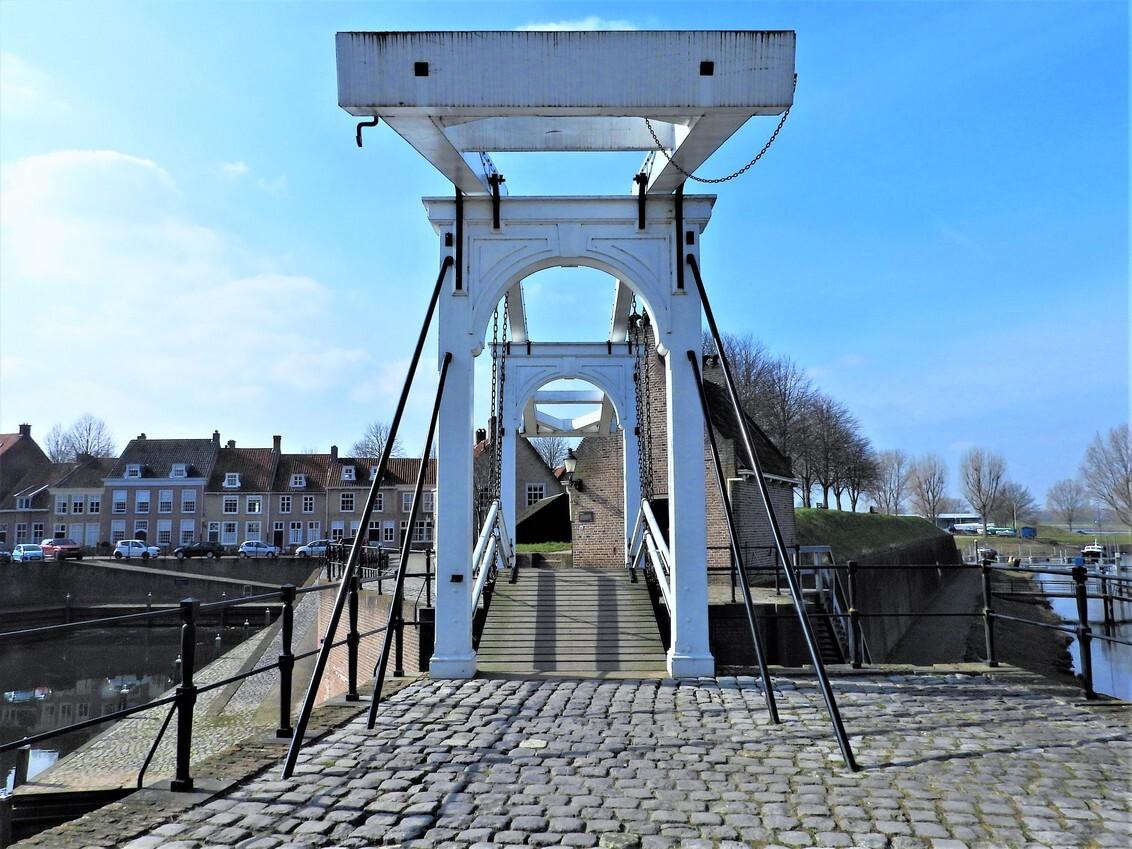 DSCN9305 - Heusden, brug bij de haven - foto door eyevieuw op 08-03-2021 - deze foto bevat: architectuur, schaduw, haven, plein, straatfotografie