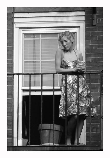Dreaming II - Ook deze foto is redelijk onscherp omdat hij van een grote afstand is genomen en niet mijn hoofd onderwerp was. Maar toch vond ik haar wel een uitstr - foto door lokkjja op 25-10-2008 - deze foto bevat: vrouw, trap, wit, zwart, balkon, dromen, meisje, onscherp, scherp
