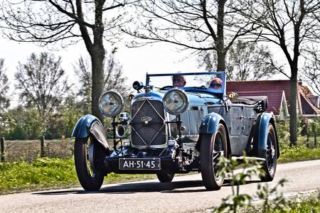 """Lagonda 2.0-Litre Type C Speed 1932 (7936) - 1932 Lagonda 2.0-Litre Type C Speed Model Tourer """"low chassis""""  - dit is één van de 7 Tourer modllen die nog bestaan  [url]https://www.flickr.com - foto door clay op 12-11-2020 - deze foto bevat: auto, oldtimer, evenement, lagonda, clay, 1932, vintage transport, britse oldtimer, wijckel - nederlands, rondje gaasterland, lagonda 2.0-litre type c speed model tourer"""