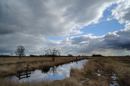 Engbertsdijksvenen - - - foto door jvriens op 01-04-2021 - deze foto bevat: lucht, wolken, water, natuur, spiegeling, landschap, tegenlicht, bomen, veen