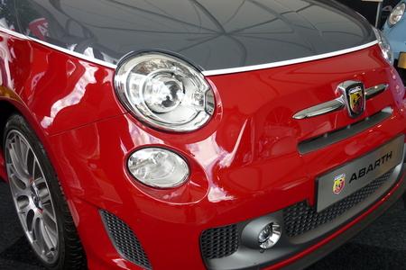 """Fiat 500 Abarth.JPG - Fiat 500 Abarth    P571.JPG Stond te pronken en lonken naar bezoekers van """"De Smaak van Italië"""" en zeg nou zelf: sjiek grijs van boven en vurig roo - foto door zoomklik op 02-06-2013 - deze foto bevat: rood, race, sport, auto, fun, italie, grijs, evenement, abarth, smaak, Fiat 500"""