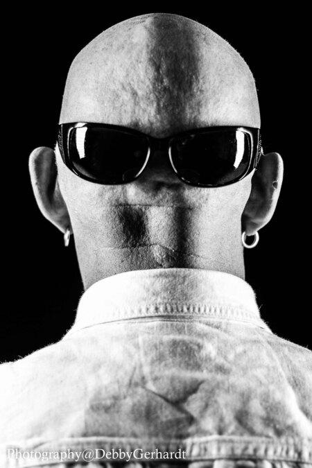 Arie - kijk uit achter mij - foto door debbyvroon op 04-03-2015 - deze foto bevat: man, donker, licht, portret, schaduw, model, zwartwit, emotie, studio, closeup, kaal, fotoshoot, flitser, lowkey