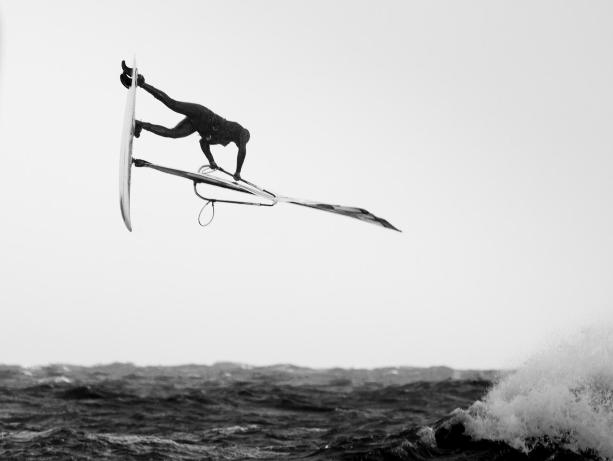 SSM II - the art of windsurfing - foto door ThierryM op 16-11-2013 - deze foto bevat: water, sea, wind, jump, zwartwit, surf, extreme, wave, windsurf, b&w - Deze foto mag gebruikt worden in een Zoom.nl publicatie