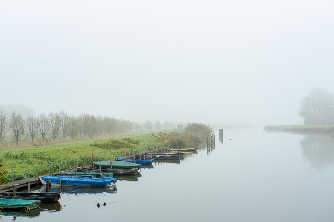 Mist - - - foto door burrybrink op 13-12-2019 - deze foto bevat: lucht, water, natuur, boot, herfst, spiegeling, mist, bomen, rivier