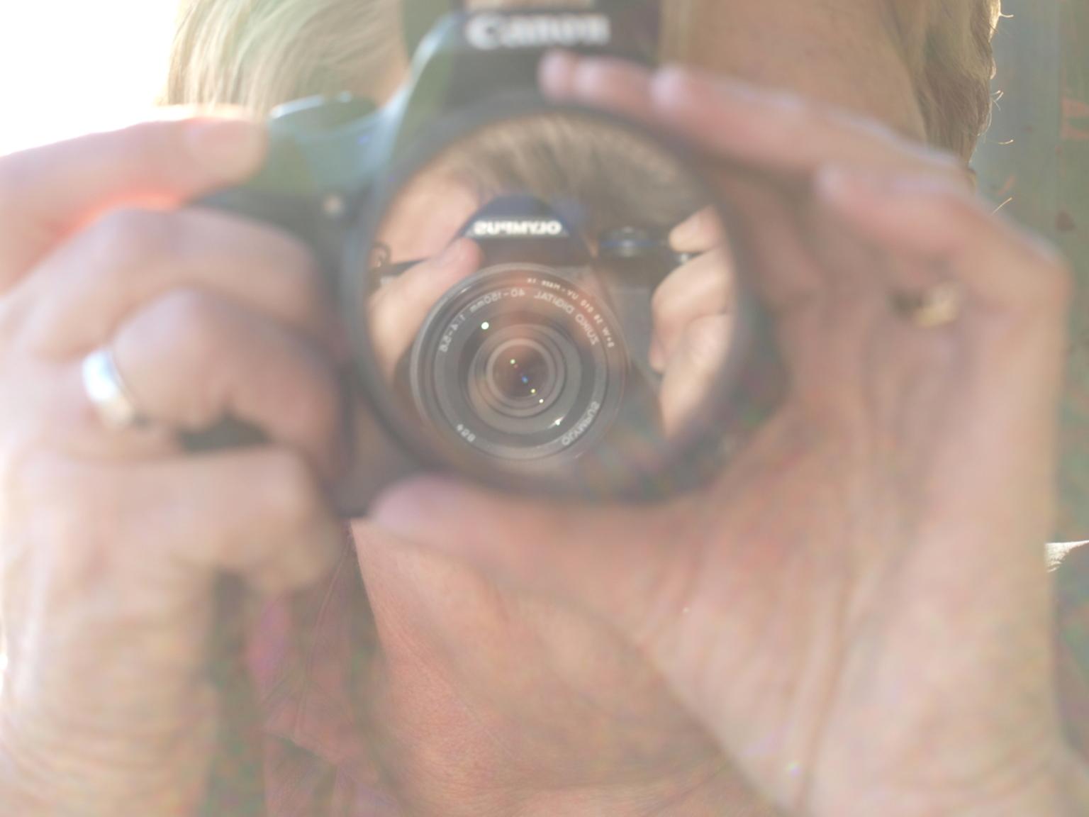 foto van een lens in een lens. - Foto van een lens in een lens. Kwalitatief misschien geen hoogstandje, maar ik vind hem wel leuk. - foto door willemijn1302 op 28-10-2008 - deze foto bevat: lens, fototoestel, canon, twee, lenzen, olympus, e520