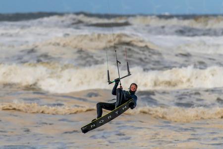 Beating the waves - Met een temperatuur rond het vriespunt en een keiharde noordwesten wind verslaat deze dappere kite surfer (en ik) de elementen.  De superieure Nikon - foto door RonVoskuijl op 05-04-2021 - deze foto bevat: kite, kitesurfen