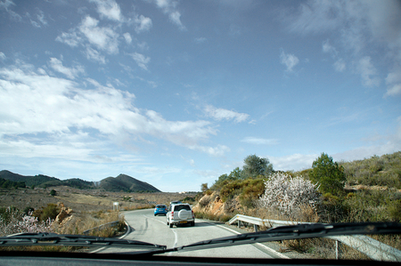 Onderweg - Onderweg naar de vertrek plaats van de wandeling van vandaag in de Sierra Almanares. Het was een flink stuk rijden en gedeeltelijk op een vrij smalle - foto door Nel Hoetmer op 09-02-2014 - deze foto bevat: landschap, spanje, wandeling, nel