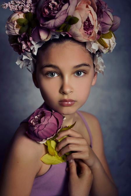 Lily - - - foto door loontje1983 op 09-04-2018 - deze foto bevat: paars, portret, bloemen, model, kind, meisje, lief, beauty, studio, photoshop, fotoshoot, flitser, bloemenkroon, fine-art