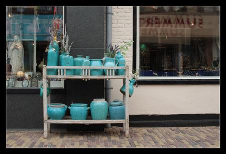 Straatbeeld - Voorstraat Egmond aan Zee - foto door van9791 op 08-05-2013 - deze foto bevat: straat, blauw, buiten, straatbeeld, winkel, potten, winkelstraat