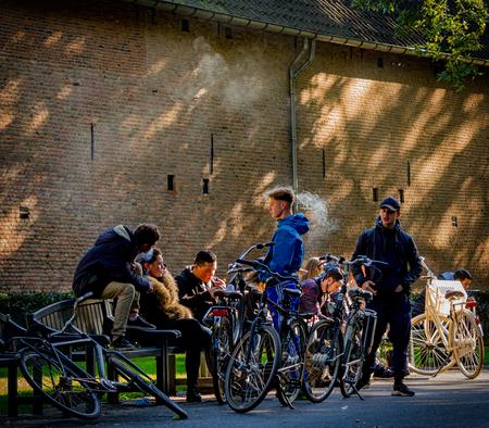 Smoking Area,,, - voor beginners.....  uit archief - foto door Terpstra.A op 12-01-2020 - deze foto bevat: oud, mensen, kleur, park, licht, avond, fiets, schaduw, tegenlicht, stad, plein, roken, straatfotografie, centrum