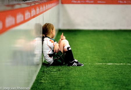 7e verjaardag, joep van rheenen - Een meisje van zeven heeft als verjaardagsfeestje gekozen voor een voetbal feestje. Al haar vriendinnetjes laten het afweten en alleen jongentjes kom - foto door joepert_zoom op 07-01-2017 - deze foto bevat: verjaardag, feestje, sportief, vooroordelen, meisje voetbal