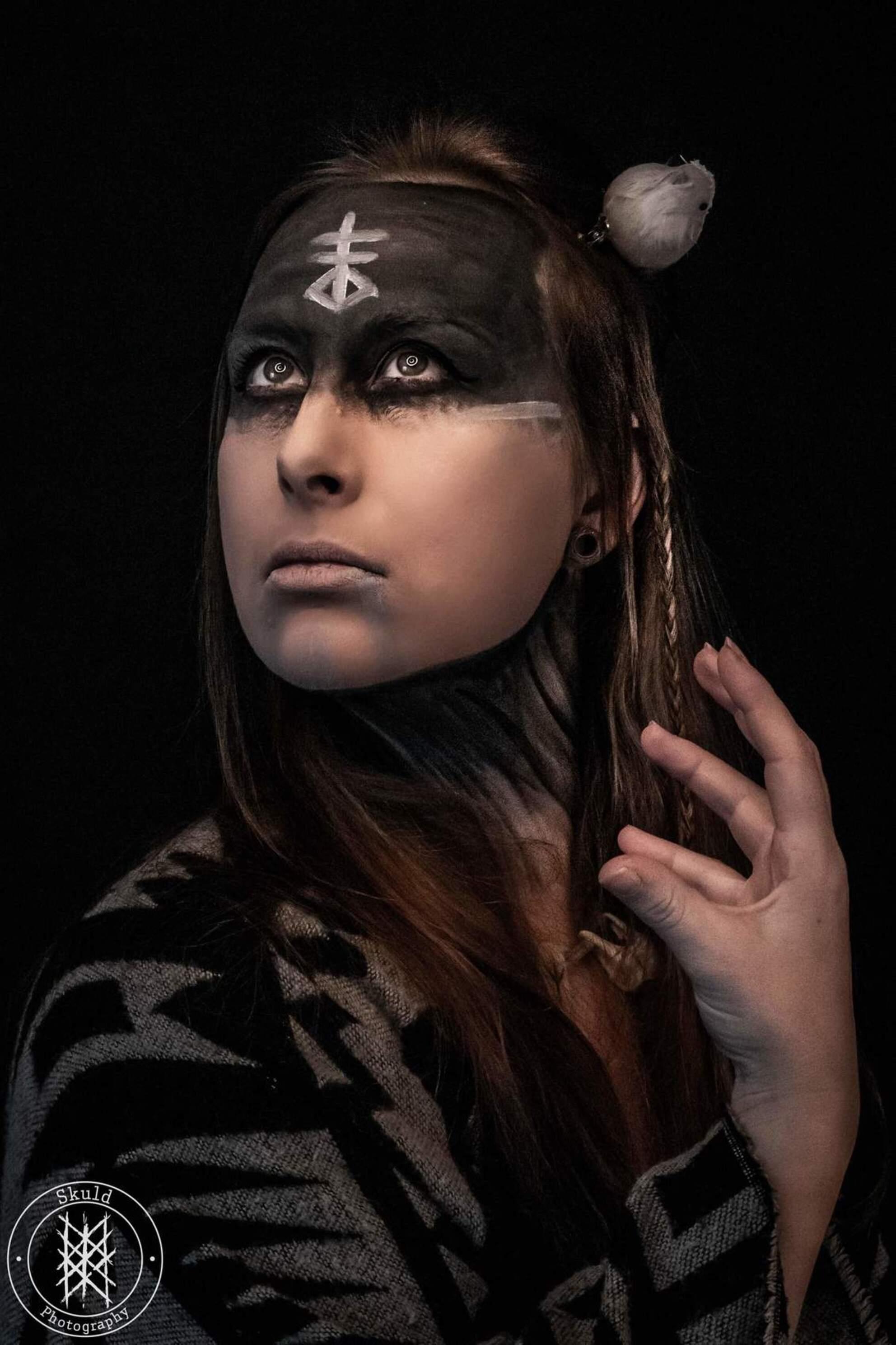 Pegan - - - foto door Skuld op 01-03-2021 - deze foto bevat: vrouw, donker, portret, model, zelfportret, emotie, studio, fotoshoot, visagie, 50mm, Selfie - Deze foto mag gebruikt worden in een Zoom.nl publicatie