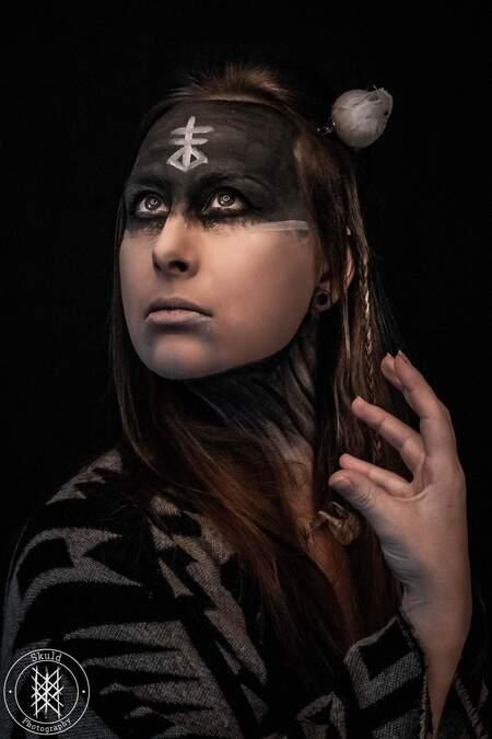 Pegan - - - foto door Skuld op 01-03-2021 - deze foto bevat: vrouw, donker, portret, model, zelfportret, emotie, studio, fotoshoot, visagie, 50mm, Selfie