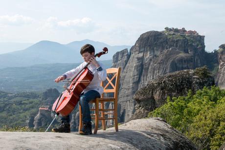 Kleine cellospeler op grootse lokatie