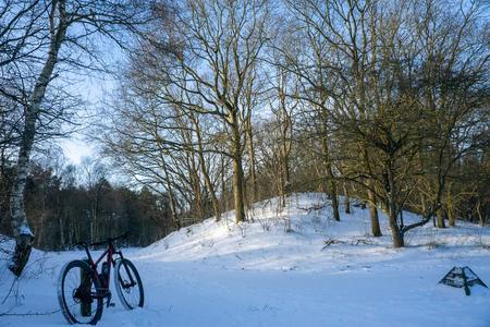 MTB door besneeuwde duinen in Heemskerk - Besneeuwde duinen - foto door yboschutte op 28-02-2021 - deze foto bevat: sneeuw, winter, duinen