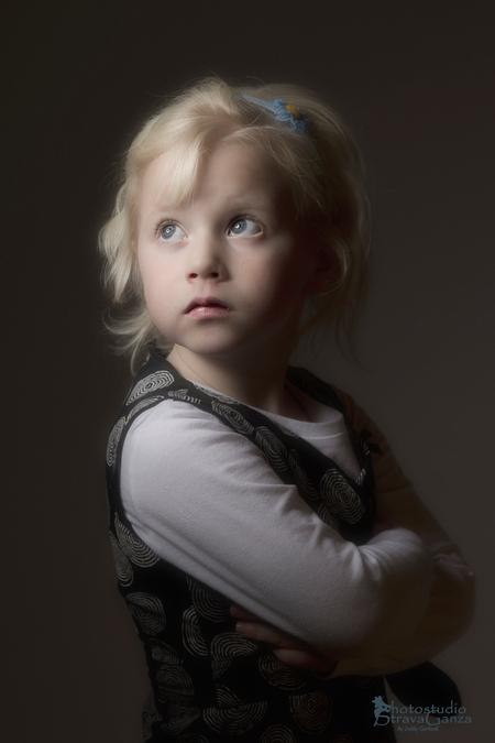Jarina - Kinderkopjes - foto door debbyvroon op 29-01-2013 - deze foto bevat: kleur, licht, portret, gezicht, kind, ogen, meisje, lippen, neus, pose, mens, rembrand, toetje, basisschool, kinderkopje, vertikaal, studioportret, 5jaar, zwarte achtergrond, blond haar, beautydishverlichting, een persoon