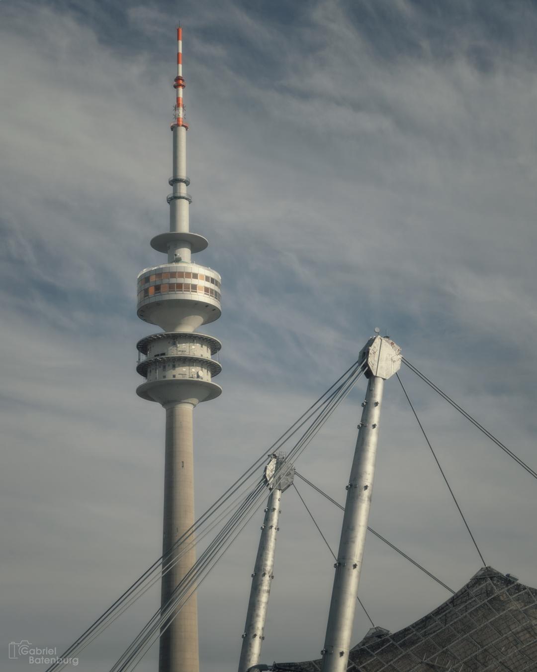 Olympisch  Stadion te München - Twee iconen in München. - foto door gabriel-batenburg1969 op 10-04-2021 - deze foto bevat: wolk, lucht, toren, gebouw, wolkenkrabber, observatie toren, kruisbloem, elektriciteit, torenblok, stedelijk gebied